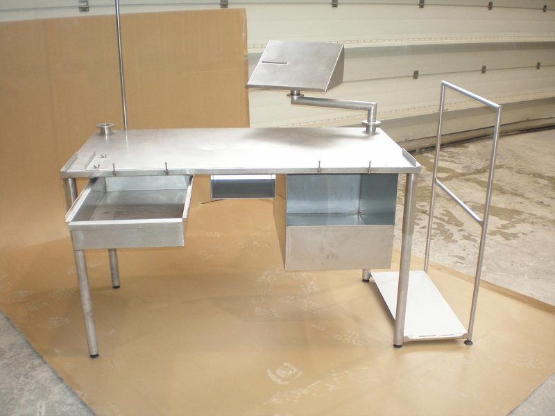 Réalisation Solugo : table avec pupitre et support carton